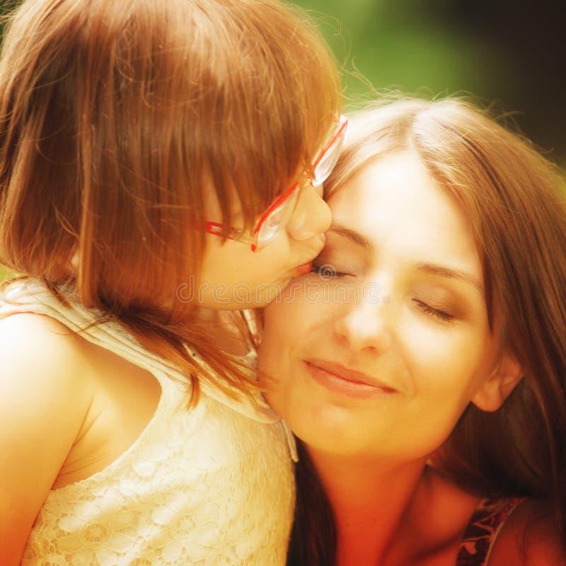 Μικρό κορίτσι που αγκαλιάζει τη μητέρα του που εκφράζει τα τρυφερά συναισθήματα Αγάπη στοκ εικόνα με δικαίωμα ελεύθερης χρήσης