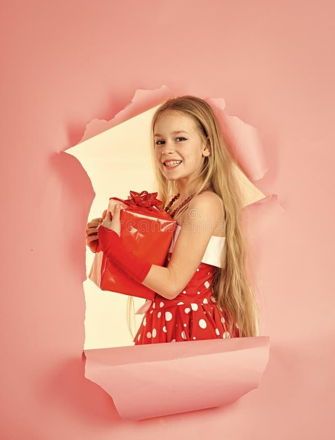 Μικρό κορίτσι που ανοίγει ένα μαγικό δώρο Χριστουγέννων στο στούντιο στοκ εικόνες με δικαίωμα ελεύθερης χρήσης