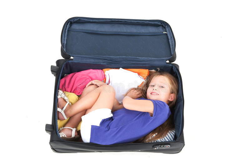 Μικρό κορίτσι που βρίσκεται στη μαύρη βαλίτσα στοκ φωτογραφία με δικαίωμα ελεύθερης χρήσης