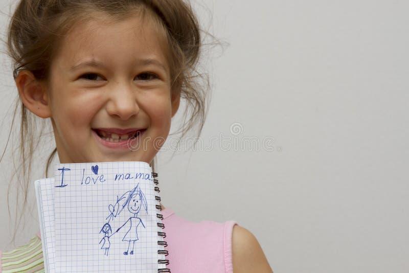 Μικρό κορίτσι που γράφει στην αγάπη Ι το mom μου στοκ εικόνες