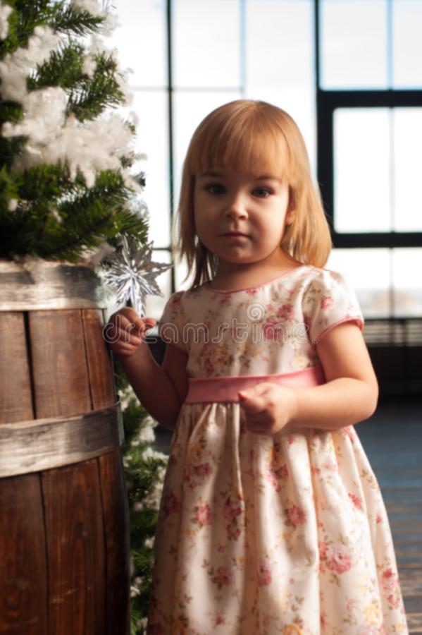Μικρό κορίτσι που διακοσμεί το χριστουγεννιάτικο δέντρο στο σπίτι στοκ εικόνα με δικαίωμα ελεύθερης χρήσης