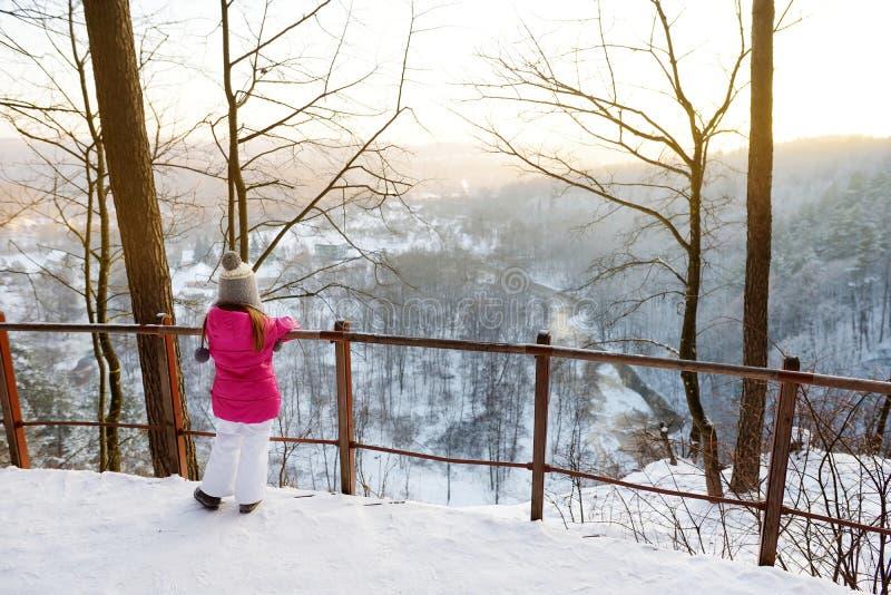 Μικρό κορίτσι που θαυμάζει μια άποψη του ποταμού Vilnia από τη γεωλογική έκθεση Puckoriai, Vilnius στοκ φωτογραφίες