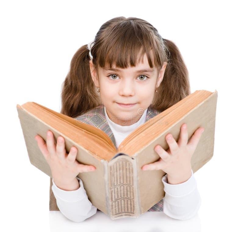 Μικρό κορίτσι που διαβάζει το μεγάλο βιβλίο η ανασκόπηση απομόνωσε το λευκό στοκ φωτογραφίες με δικαίωμα ελεύθερης χρήσης