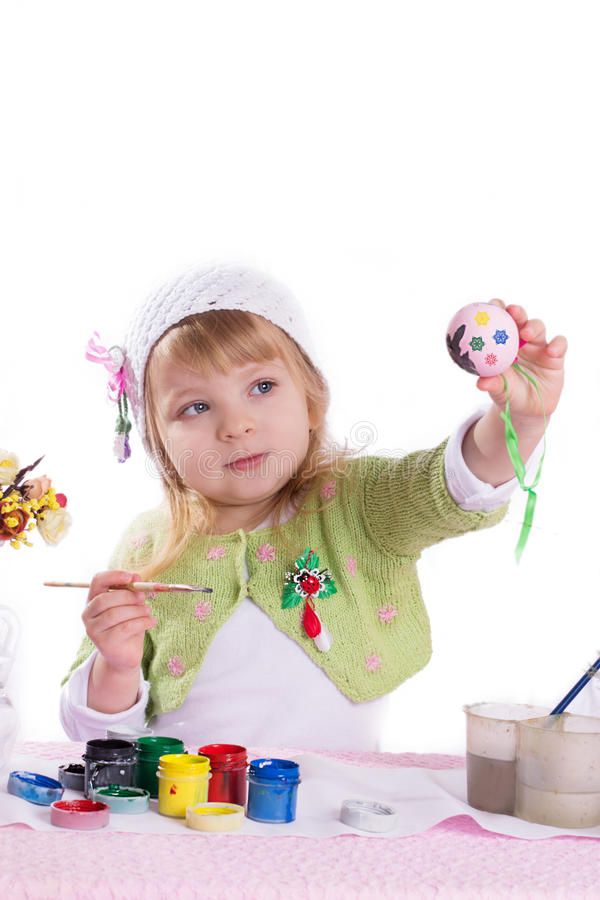 Μικρό κορίτσι που διακοσμεί τα αυγά Πάσχας στοκ φωτογραφία με δικαίωμα ελεύθερης χρήσης