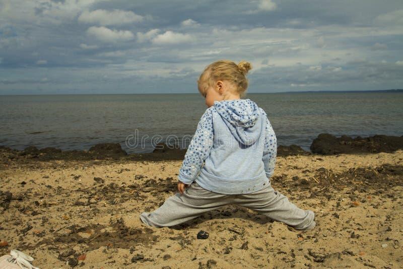 Μικρό κορίτσι που κάθεται στο σπάγγο στοκ εικόνες