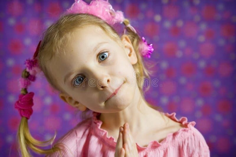 Μικρό κορίτσι που κάνει τα πρόσωπα στοκ φωτογραφίες