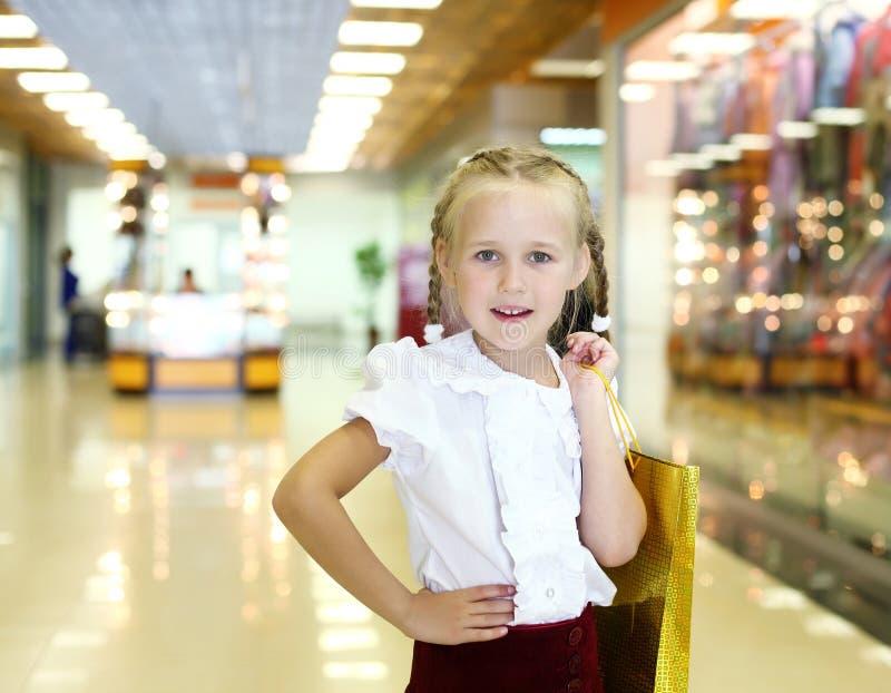 Μικρό κορίτσι που κάνει τις αγορές στοκ φωτογραφία