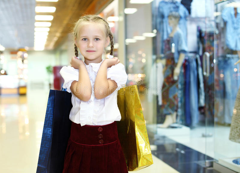 Μικρό κορίτσι που κάνει τις αγορές στοκ φωτογραφίες με δικαίωμα ελεύθερης χρήσης