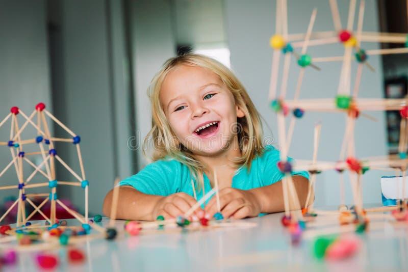 Μικρό κορίτσι που κάνει τις γεωμετρικούς μορφές, την εφαρμοσμένη μηχανική και το ΜΙΣΧΟ στοκ εικόνες