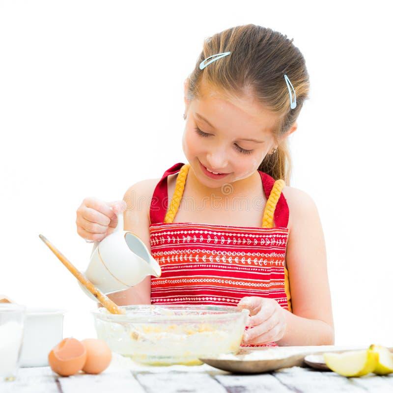 Μικρό κορίτσι που κατασκευάζει τη ζύμη στοκ εικόνες με δικαίωμα ελεύθερης χρήσης