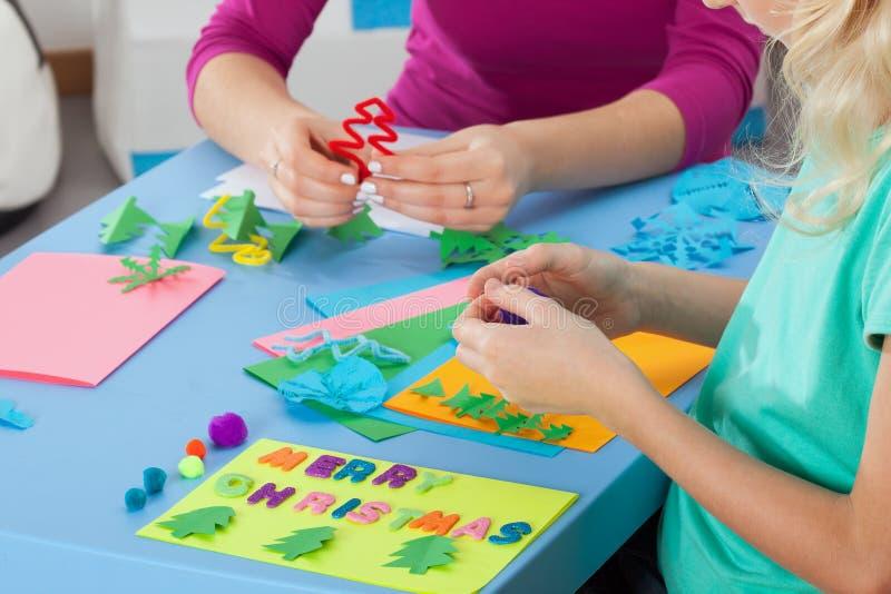 Μικρό κορίτσι που κατασκευάζει τις τέχνες με το δάσκαλο στοκ φωτογραφία με δικαίωμα ελεύθερης χρήσης