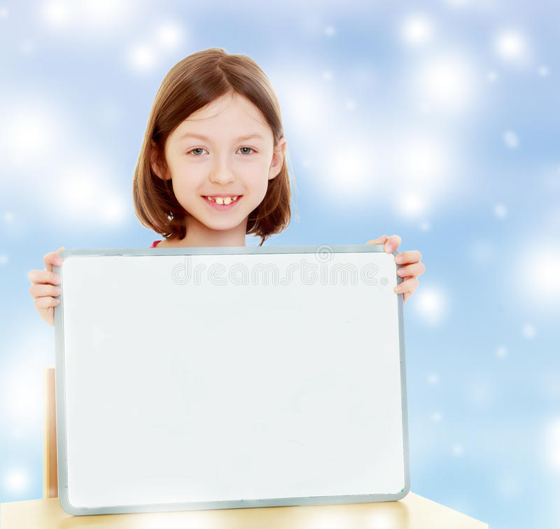 Μικρό κορίτσι που κρατά την άσπρη αφίσα στοκ εικόνες