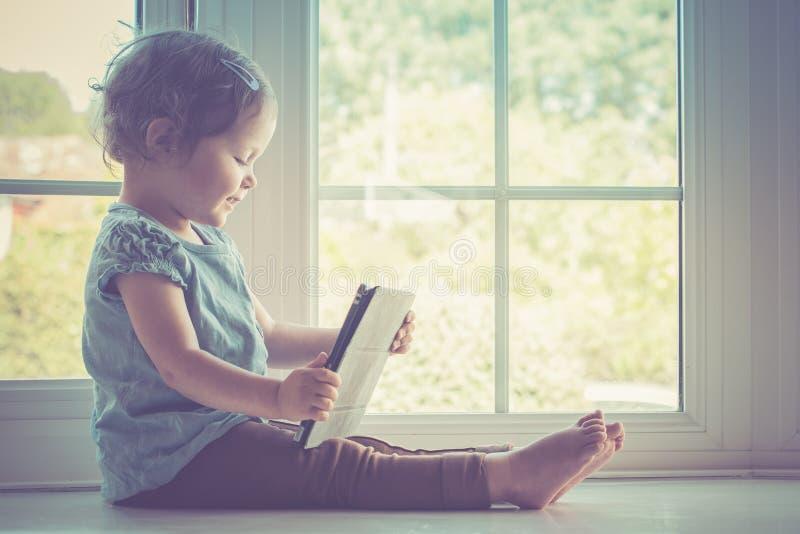 Μικρό κορίτσι που κρατά την ταμπλέτα στοκ φωτογραφία με δικαίωμα ελεύθερης χρήσης