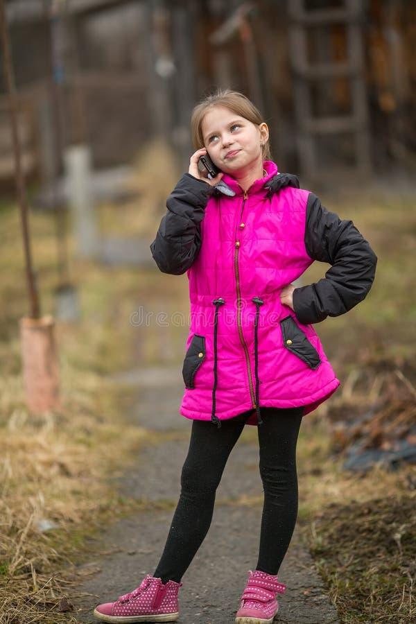Μικρό κορίτσι που μιλά στο κινητό τηλέφωνο στοκ φωτογραφίες με δικαίωμα ελεύθερης χρήσης