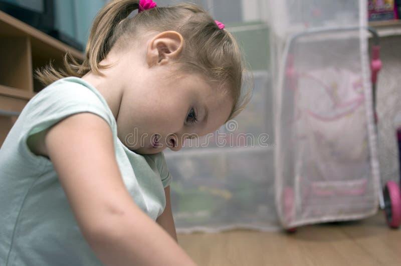 Μικρό κορίτσι που παίζει μόνο στοκ φωτογραφία με δικαίωμα ελεύθερης χρήσης
