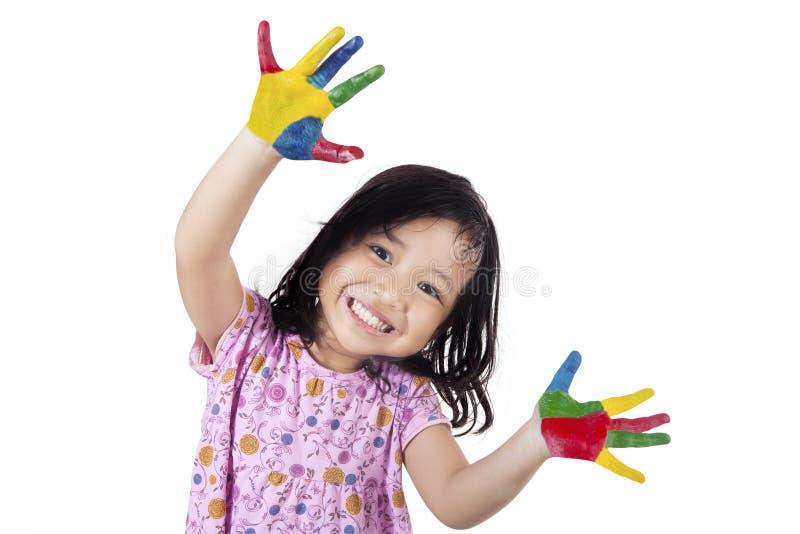 Μικρό κορίτσι που παρουσιάζει χέρια της που χρωματίζονται στοκ φωτογραφία με δικαίωμα ελεύθερης χρήσης
