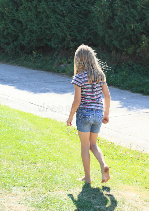 Μικρό κορίτσι που περπατά χωρίς παπούτσια στοκ εικόνα με δικαίωμα ελεύθερης χρήσης