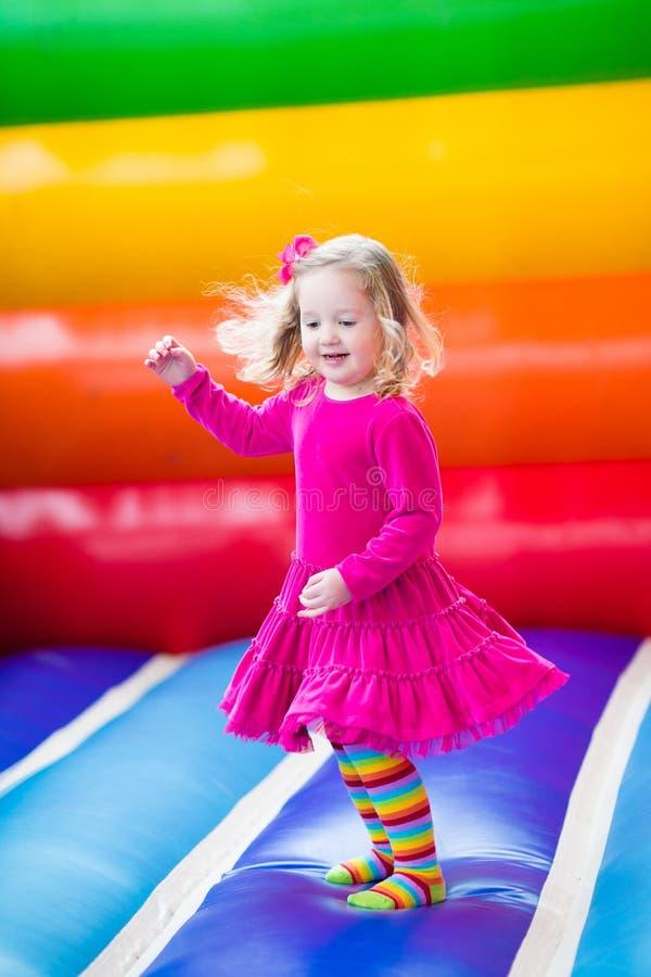 Μικρό κορίτσι που πηδά και που αναπηδά στοκ φωτογραφία