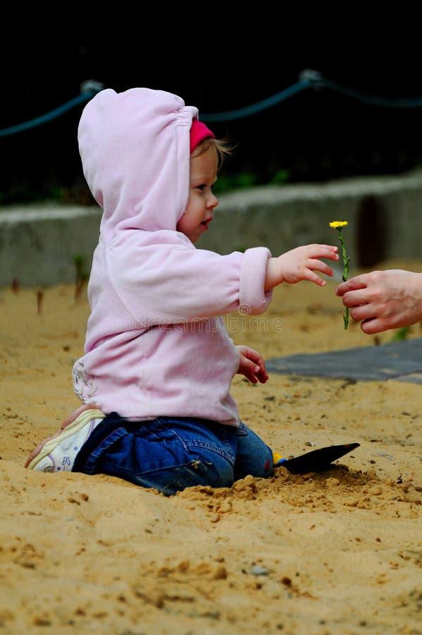Μικρό κορίτσι που στηρίζεται στη φύση στοκ εικόνες