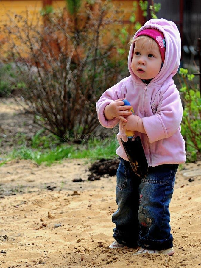 Μικρό κορίτσι που στηρίζεται στη φύση στοκ εικόνα