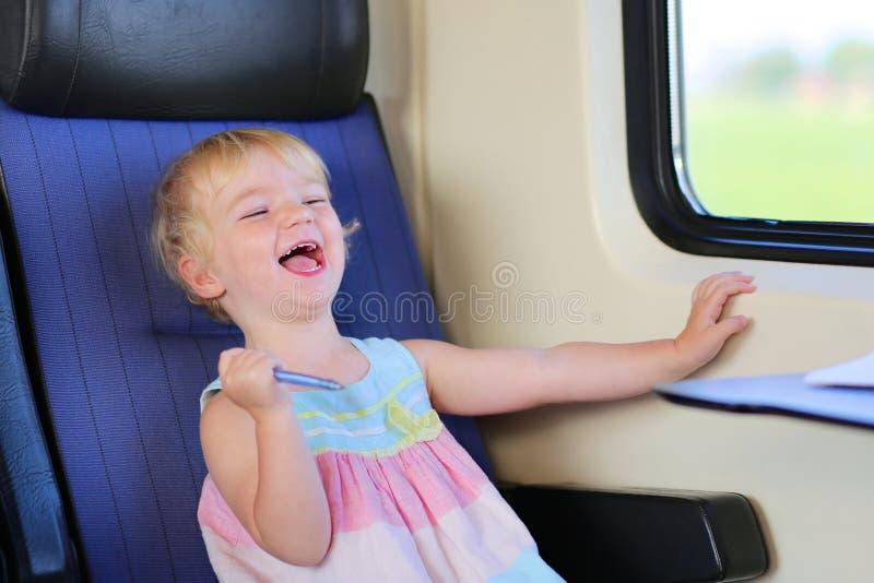 Μικρό κορίτσι που ταξιδεύει με το τραίνο στοκ φωτογραφίες