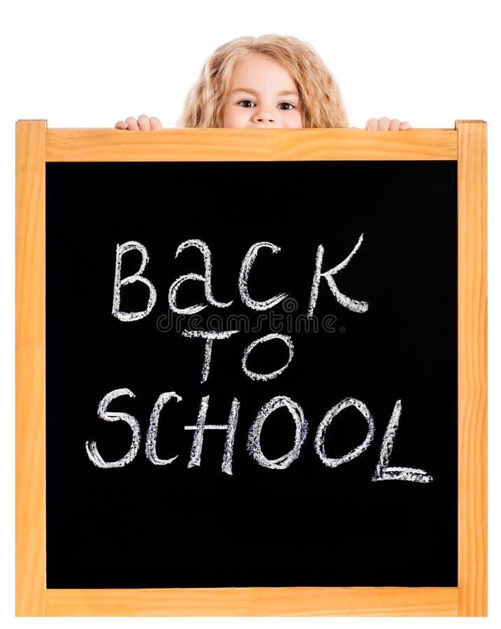 Μικρό κορίτσι που τιτιβίζει έξω ένας σχολικός μαύρος πίνακας κιμωλίας στοκ εικόνα με δικαίωμα ελεύθερης χρήσης