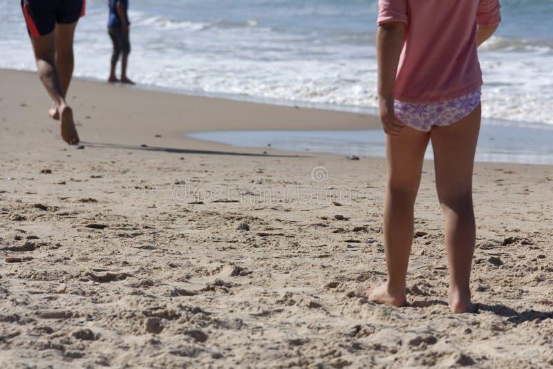 Μικρό κορίτσι που τρέχει κατά μήκος της θάλασσας σε μια αμμώδη παραλία στοκ φωτογραφία με δικαίωμα ελεύθερης χρήσης