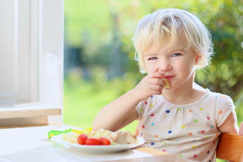 Μικρό κορίτσι που τρώει τα ζυμαρικά για το μεσημεριανό γεύμα στοκ εικόνα με δικαίωμα ελεύθερης χρήσης