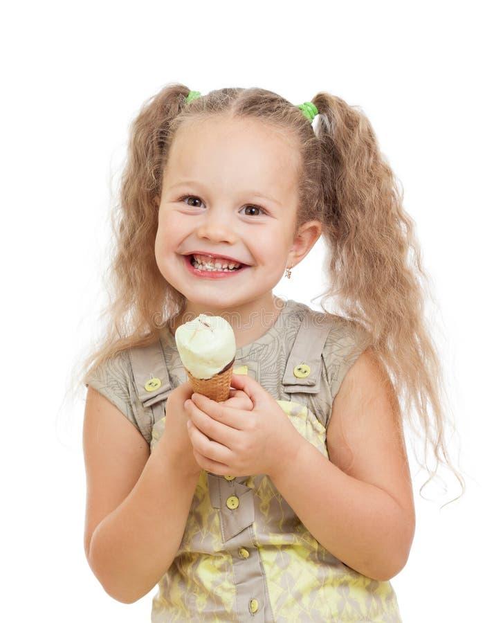 Μικρό κορίτσι που τρώει το παγωτό στο στούντιο που απομονώνεται στοκ φωτογραφία με δικαίωμα ελεύθερης χρήσης