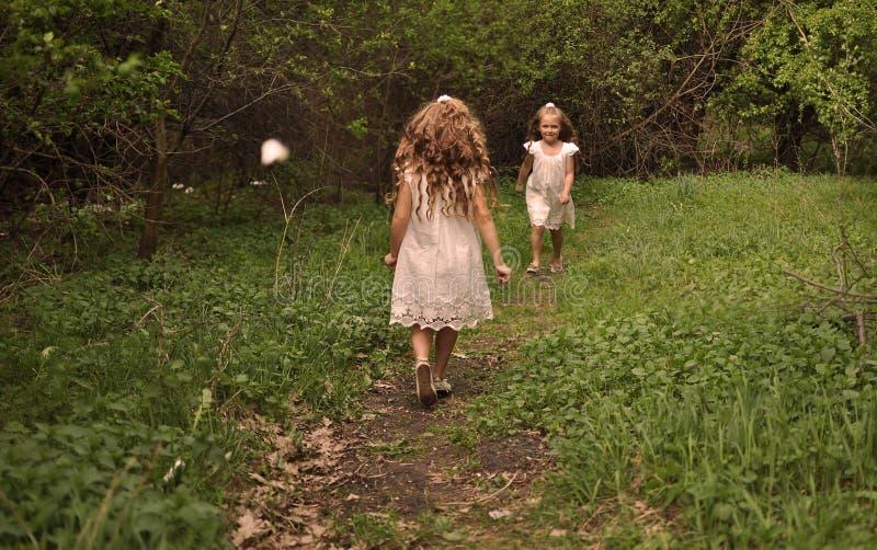Μικρό κορίτσι που φορά ένα τρέξιμο φορεμάτων άνοιξη στοκ εικόνες