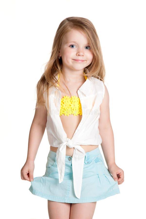 Μικρό κορίτσι που φορά την μπλε φούστα στοκ φωτογραφία