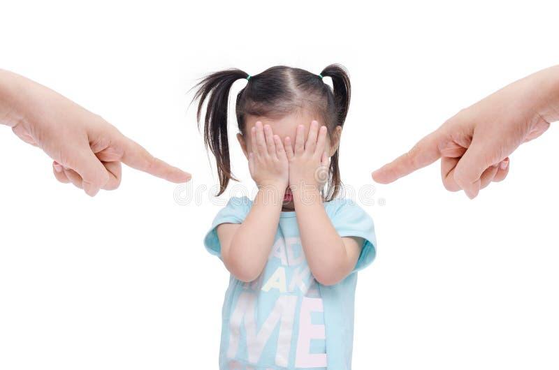 Μικρό κορίτσι που φωνάζει ενώ οι γονείς την επιπλήττουν στοκ εικόνα με δικαίωμα ελεύθερης χρήσης