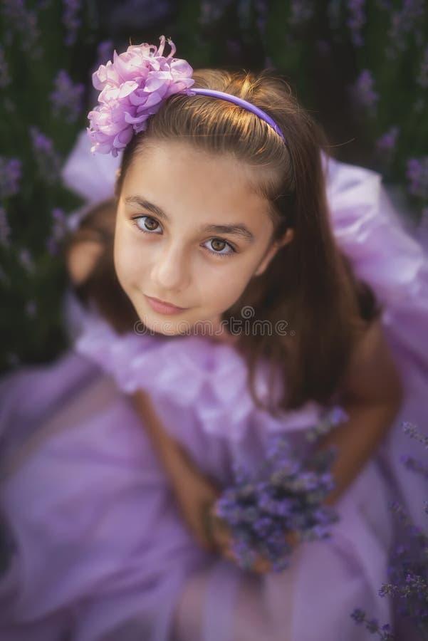 Μικρό κορίτσι σε έναν τομέα lavender στοκ εικόνα με δικαίωμα ελεύθερης χρήσης
