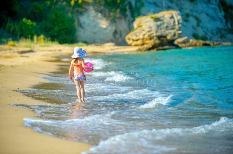 Μικρό κορίτσι σε ένα καπέλο με ένα ξίφος στα χέρια της στοκ φωτογραφίες