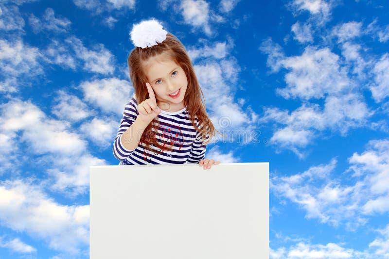 Μικρό κορίτσι σε ένα ριγωτό φόρεμα στοκ εικόνες