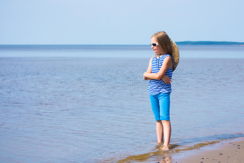 Μικρό κορίτσι σε μια ριγωτά φανέλλα και ένα καπέλο στοκ φωτογραφία με δικαίωμα ελεύθερης χρήσης