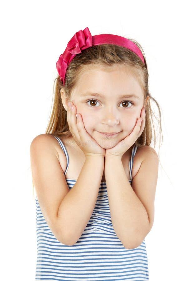 Μικρό κορίτσι στα sundress και ζώνη στις στάσεις τριχώματος στοκ φωτογραφίες