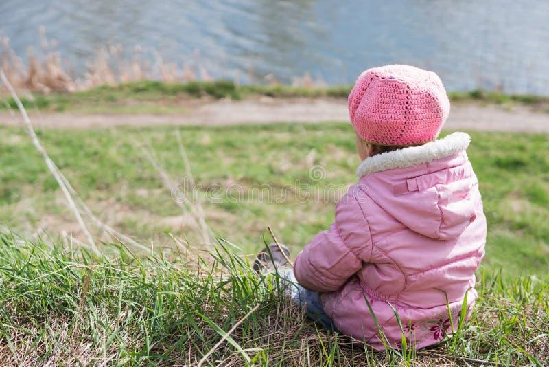 Μικρό κορίτσι στην ακτή λιμνών στοκ εικόνες