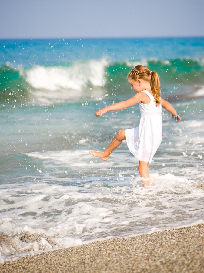 Μικρό κορίτσι στην παραλία στοκ εικόνα