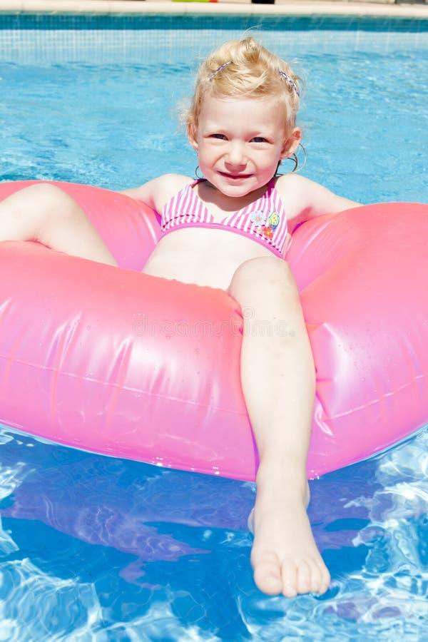 Μικρό κορίτσι στην πισίνα στοκ φωτογραφίες