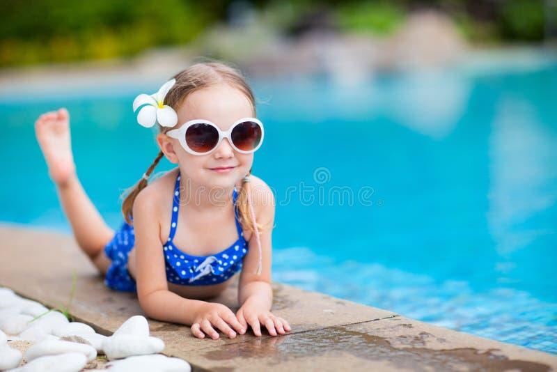 Μικρό κορίτσι στην πισίνα στοκ φωτογραφίες με δικαίωμα ελεύθερης χρήσης