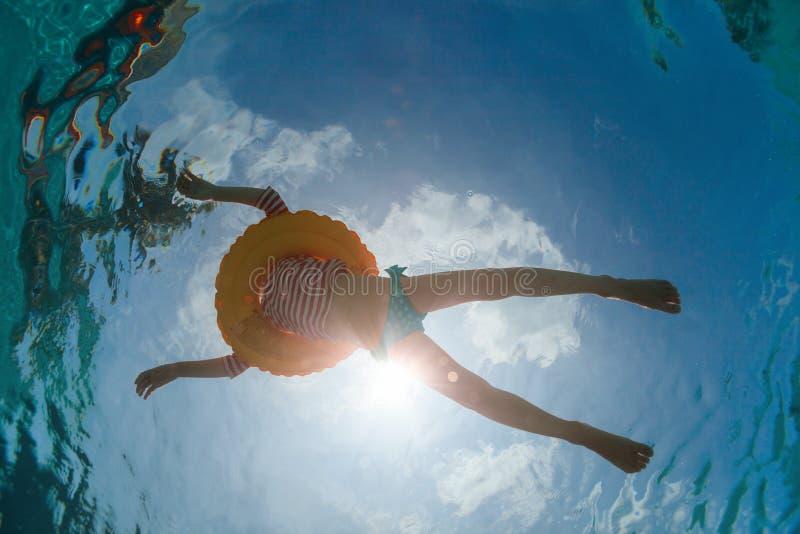 Μικρό κορίτσι στην πισίνα στοκ εικόνα με δικαίωμα ελεύθερης χρήσης