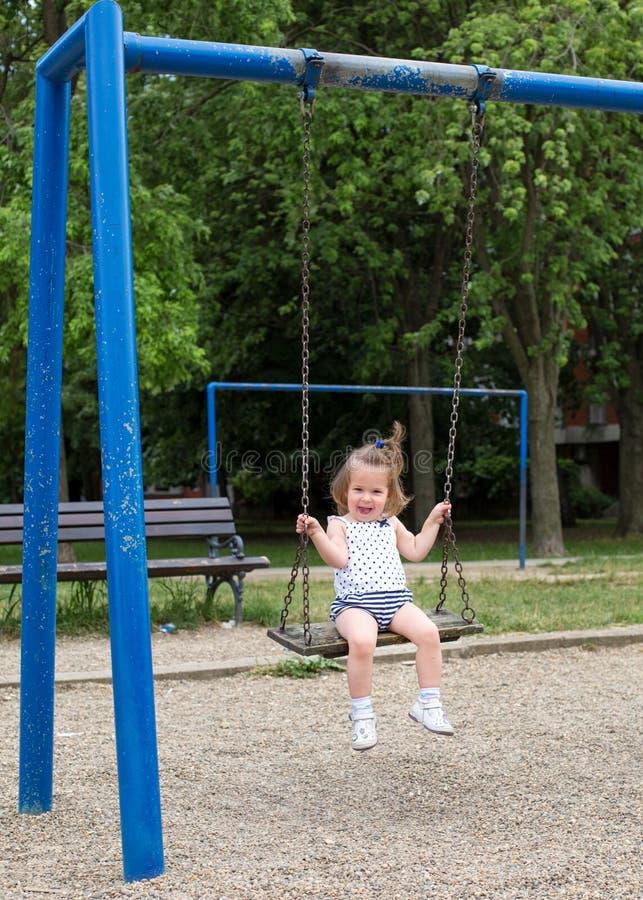 Μικρό κορίτσι στην ταλάντευση παιδικών χαρών στοκ φωτογραφίες με δικαίωμα ελεύθερης χρήσης