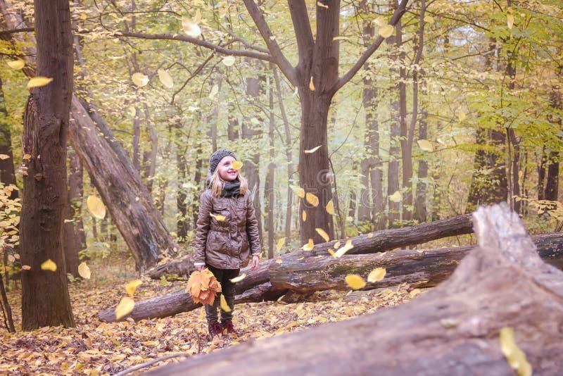 Μικρό κορίτσι στη δασική διάθεση φθινοπώρου φθινοπώρου Ένα παιδί σε ένα κούτσουρο στοκ φωτογραφίες με δικαίωμα ελεύθερης χρήσης