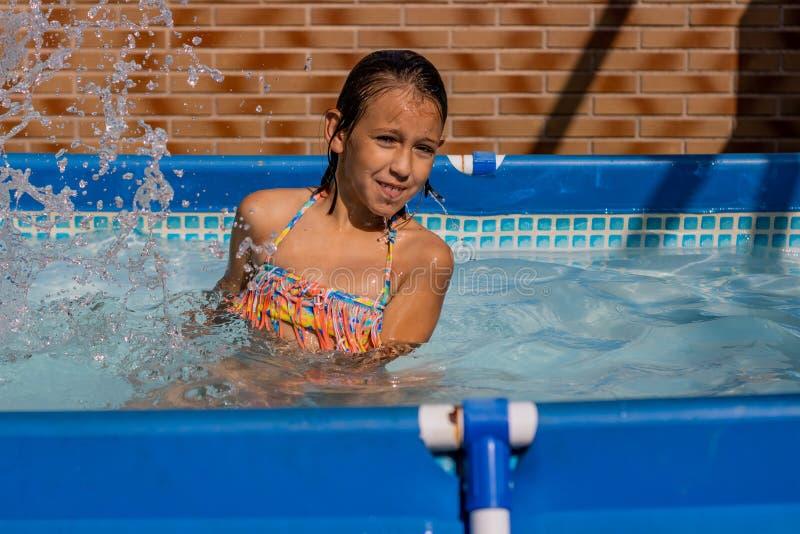 Μικρό κορίτσι στη λίμνη στοκ φωτογραφία με δικαίωμα ελεύθερης χρήσης