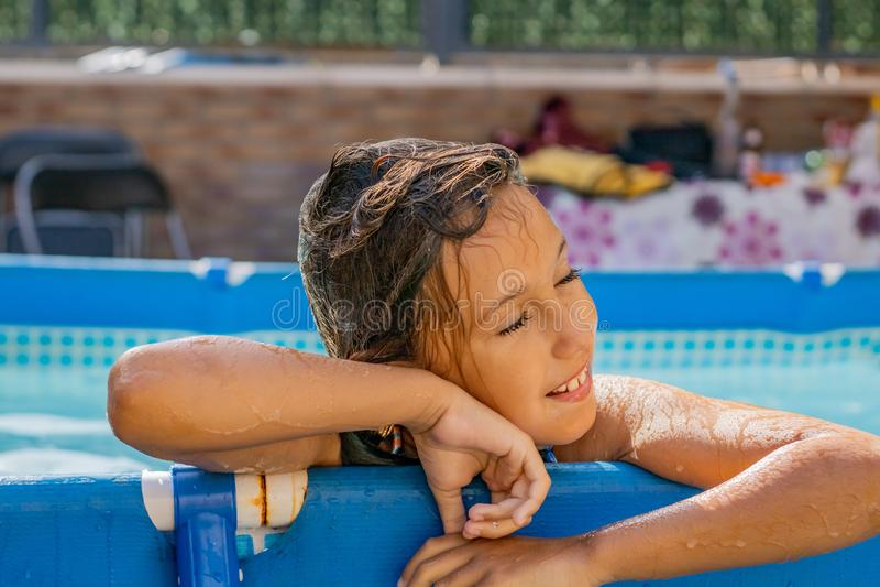 Μικρό κορίτσι στη λίμνη στοκ εικόνες