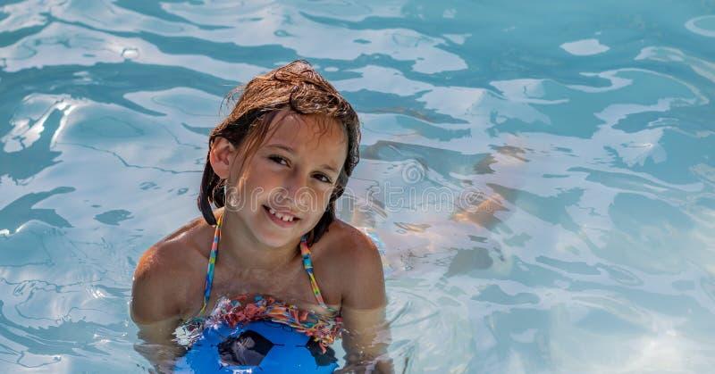 Μικρό κορίτσι στη λίμνη στοκ εικόνες με δικαίωμα ελεύθερης χρήσης
