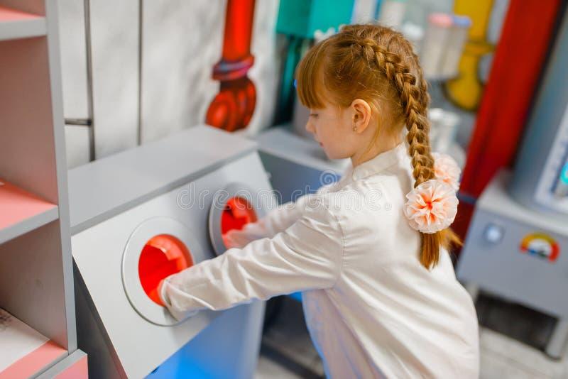 Μικρό κορίτσι στον ομοιόμορφο παίζοντας γιατρό, εργαστήριο στοκ εικόνες