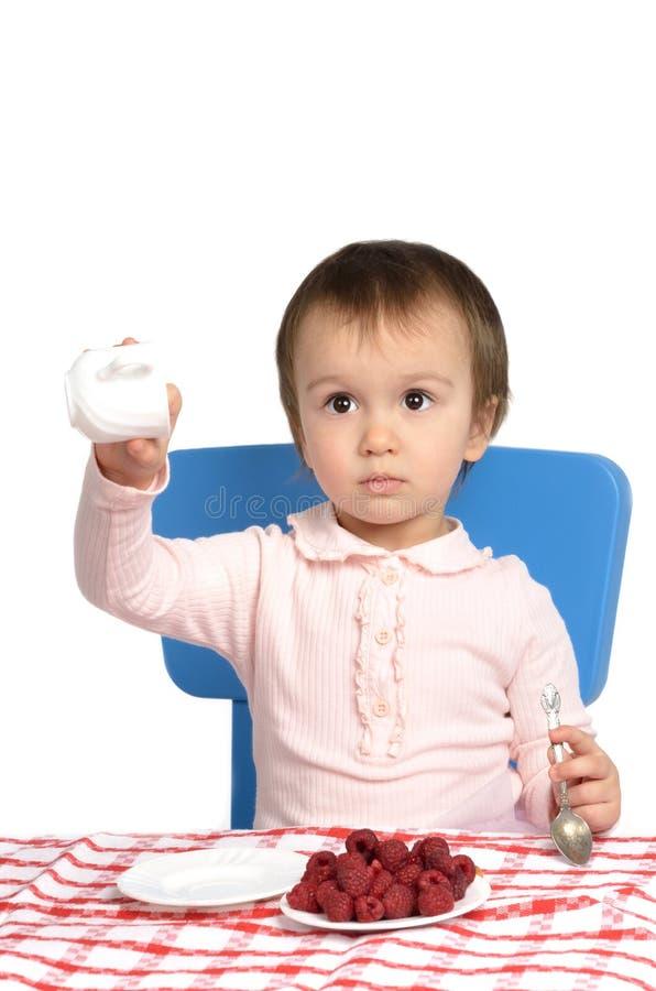Μικρό κορίτσι στον πίνακα προγευμάτων στοκ φωτογραφίες με δικαίωμα ελεύθερης χρήσης