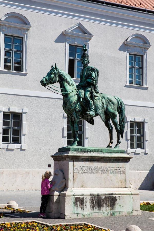 Μικρό κορίτσι στο διάσημο άγαλμα Andras Hadik στην περιοχή Buda Castle στοκ φωτογραφία με δικαίωμα ελεύθερης χρήσης
